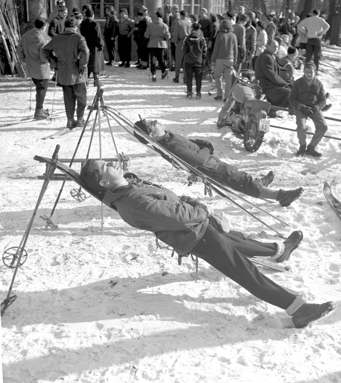 Budapest, 1958. január 26. Turisták napoznak a Normafa turistaházánál. A téli napsütés kirándulók tízezreit vonzotta a budai hegyekbe. MTI Fotó: Fényes Tamás
