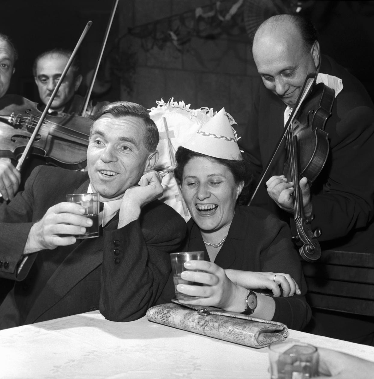 Budapest, 1959. január 1. Gemeter Károly feleségével mulat a MOM Kultúrházban szilveszter éjjel. MTI Fotó: Tormai Andor
