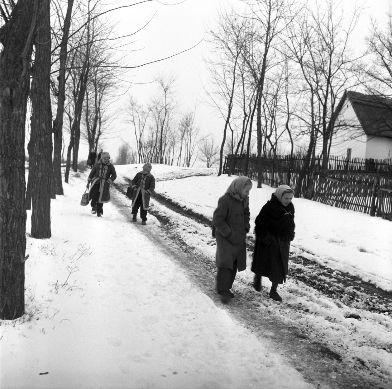 1956. február 2. Gyerekek sétálnak el egy parasztház mellett a havas földúton, vidéken. A felvétel készítésének helyszíne ismeretlen. MTI Fotó/Magyar Fotó: -
