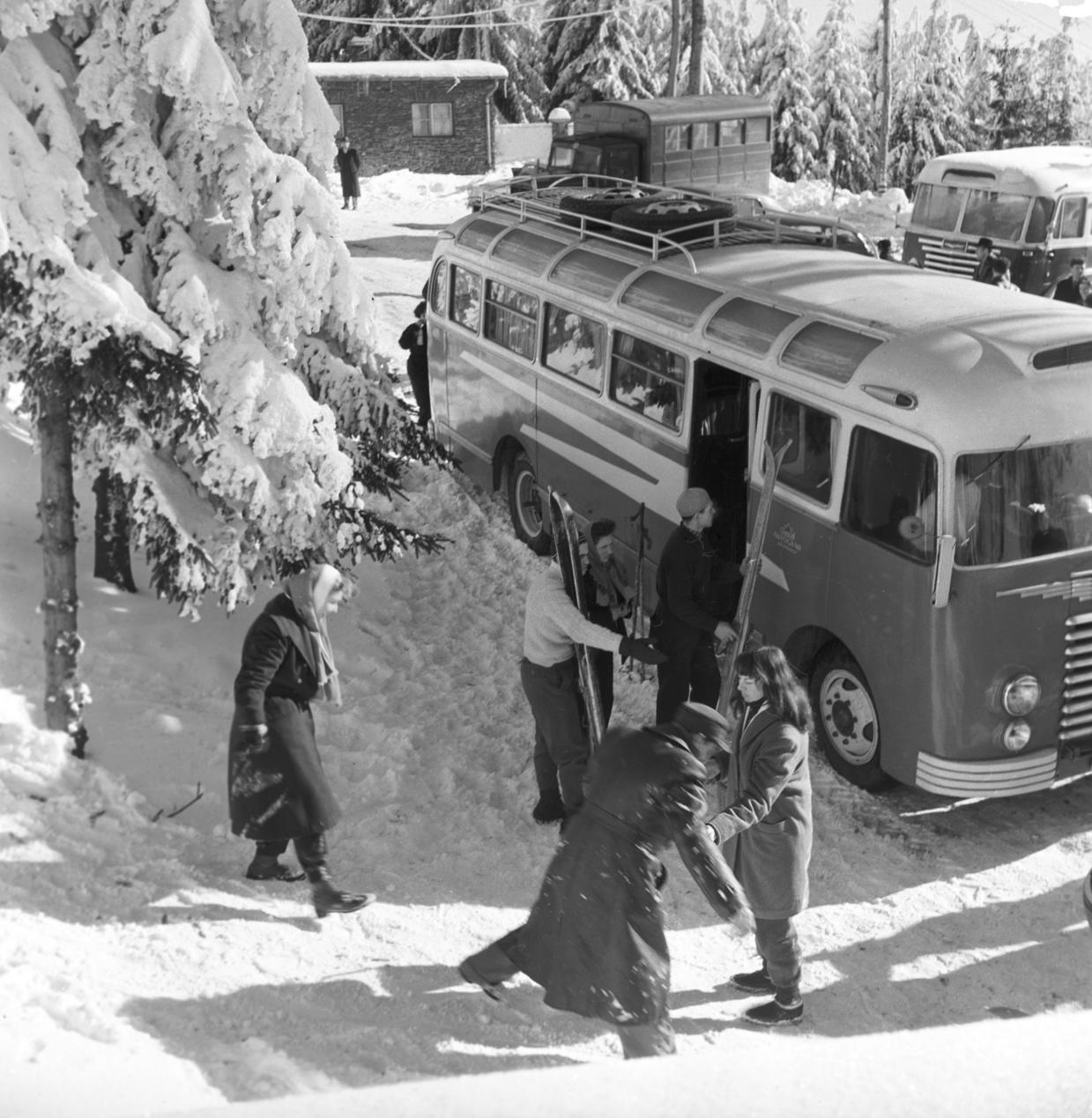 Kékestető, 1959. január 17. Síelők, kirándulók érkeznek az IBUSZ hétvégi buszjáratával Kékestetőre. MTI Fotó: Vadas Ernő