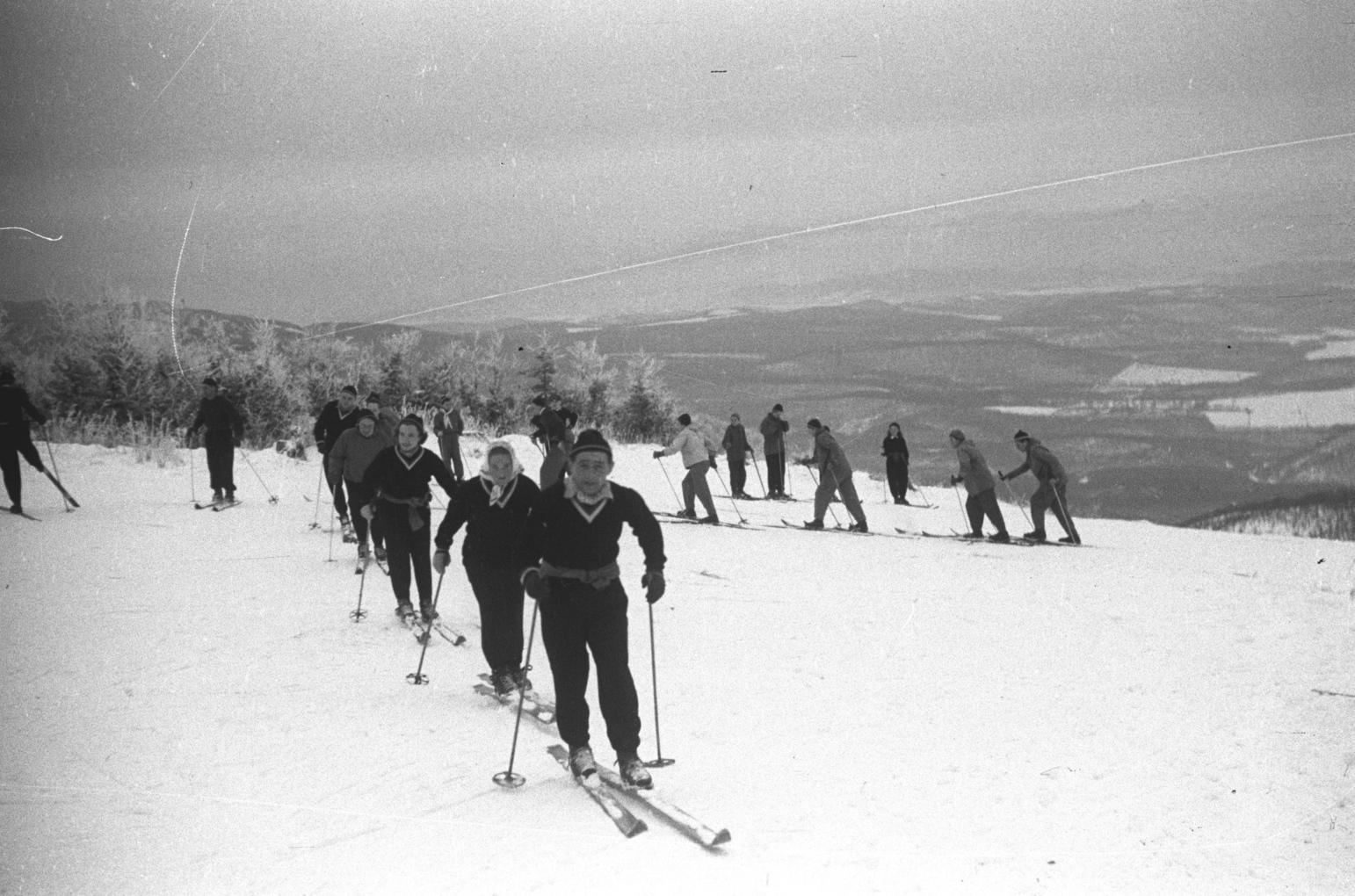 Kékestető, 1954. január 10. Edzenek a Honvéd Ifjúsági síelők. Magyar Fotó: Bojár Sándor