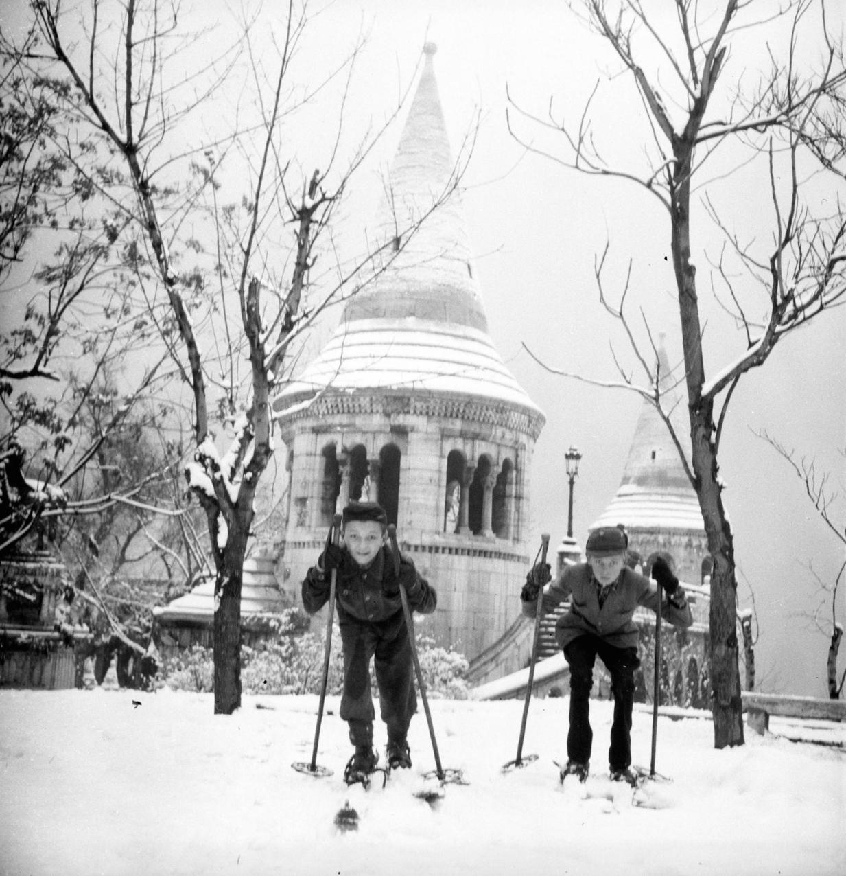 Budapest, 1950. december Síelő fiúk a Halászbástyánál. A felvétel készítésének pontos dátuma ismeretlen. MTI Fotó/Magyar Fotó: Kovács Lajos