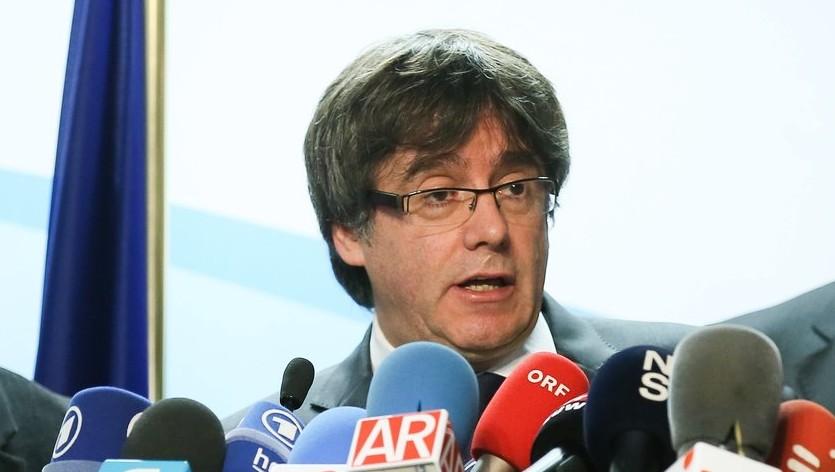 Carles Puigdemont leváltott katalán elnök sajtótájékoztatót tart Brüsszelben 2017. december 22-én, az előrehozott katalán regionális parlamenti választások másnapján. Puigdemont kijelentette, hogy kész találkozni Mariano Rajoy spanyol kormányfővel Spanyolországon kívül az Európai Unió bármelyik tagállamában. (MTI/EPA/Stephanie Lecocq)