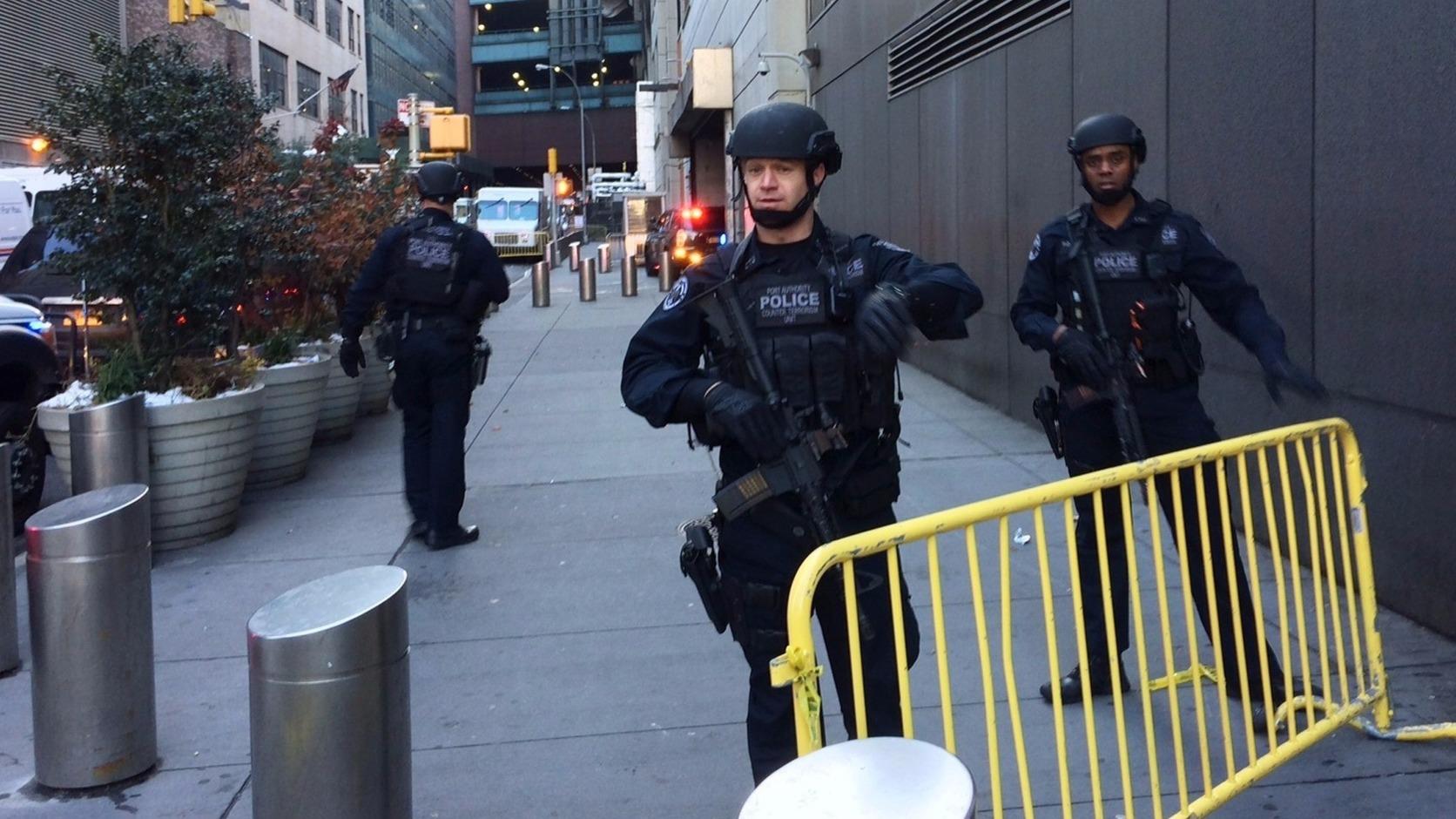 New York, 2017. december 11. Rendőrök a New York Manhattan városrészében történt ismeretlen eredetű robbanás helyszínén 2017. december 11-én. A detonáció következtében három metróvonalat kiürítettek. A rendőrség megerősítette, hogy elfogtak egy gyanúsítottat. (MTI/AP/Mark Lennihan)