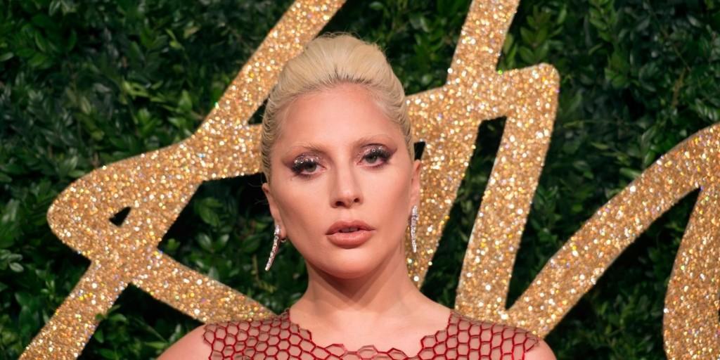 Lady Gaga ámulatba ejtő vörös ruhában keltett feltűnést