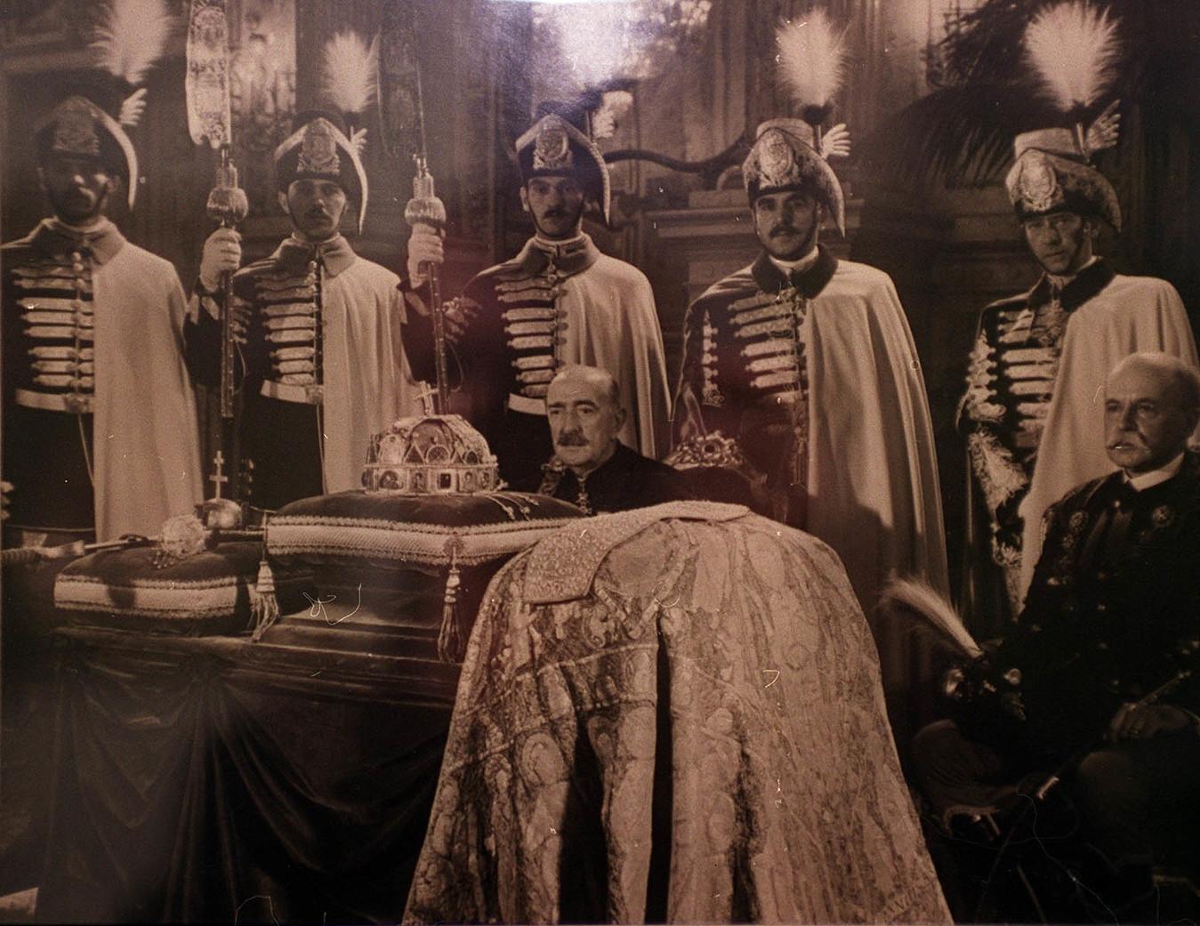 Budapest, 2001. február 2. Egy 1938 augusztusában készült fotó reprodukciója a Szent István év alkalmából, a királyi palota márványtermében közszemlére tett koronázási jelvényekről. Előtérben Perényi Zsigmond báró és Teleki Tibor gróf koronaőrök ülnek. A