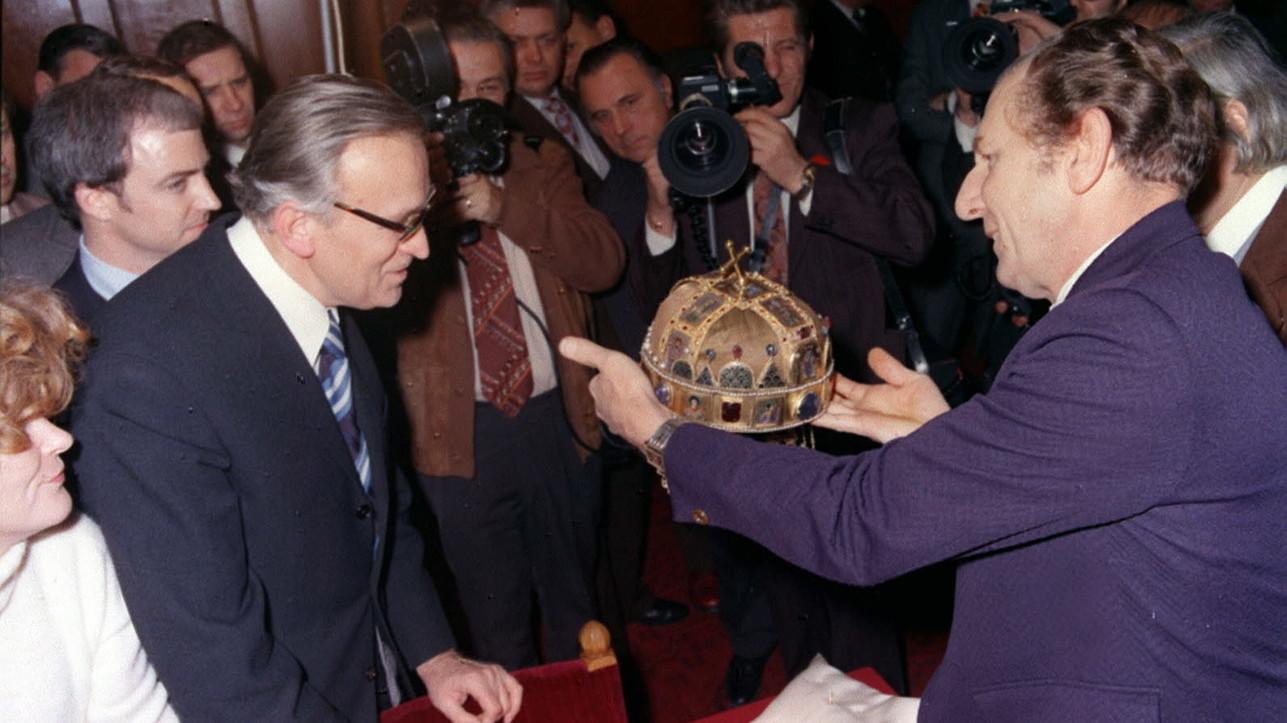 Fülep Ferenc, a Nemzeti Múzeum főigazgatója és Victor Covey, az Amerikai Nemzeti Galéria munkatársa a sajtó munkatársainak mutatja meg a Szent Koronát (MTI-fotó: Fényes Tamás)