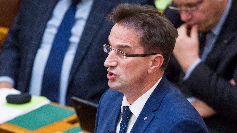 Völner Pál, az Igazságügyi Minisztérium parlamenti államtitkára az Országgyűlés plenáris ülésén 2017. november 27-én (MTI Fotó: Balogh Zoltán)
