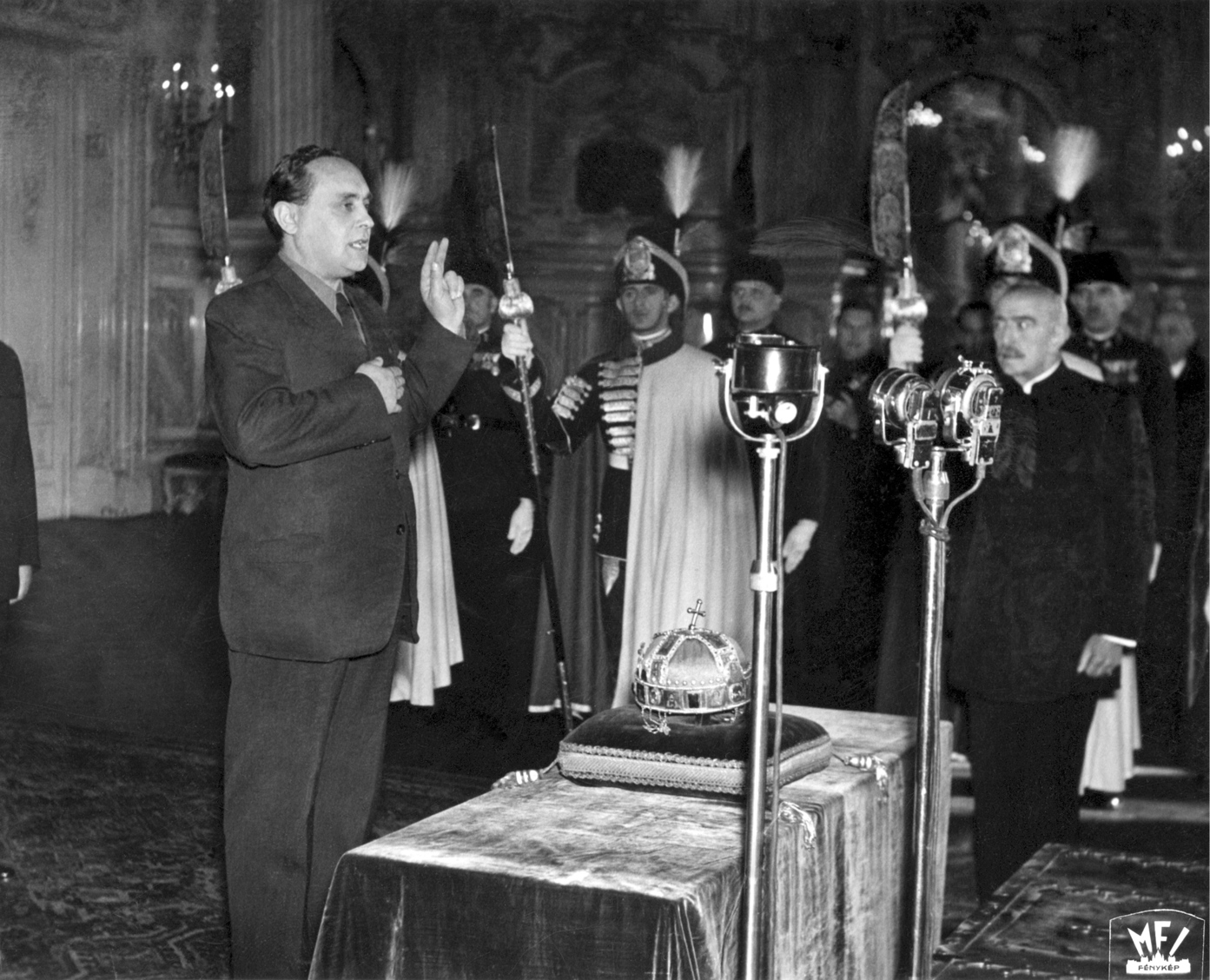 Budapest, 1944. november 2. Szálasi Ferenc leteszi az államfői esküt a Szent Koronára. MTI Fotó/ Országos Levéltár
