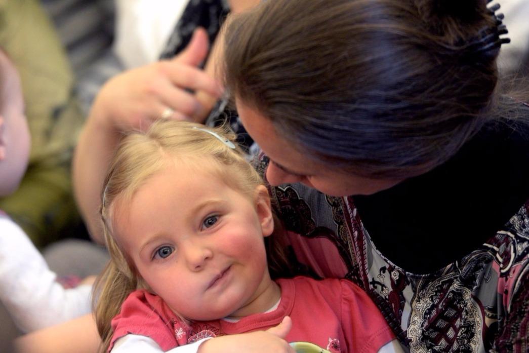 Egy egyedülálló anya például segélyként a minimálbér hetven, egy egyedülálló személy pedig az ötven százalékát kapja, amit a helyi önkormányzat további.