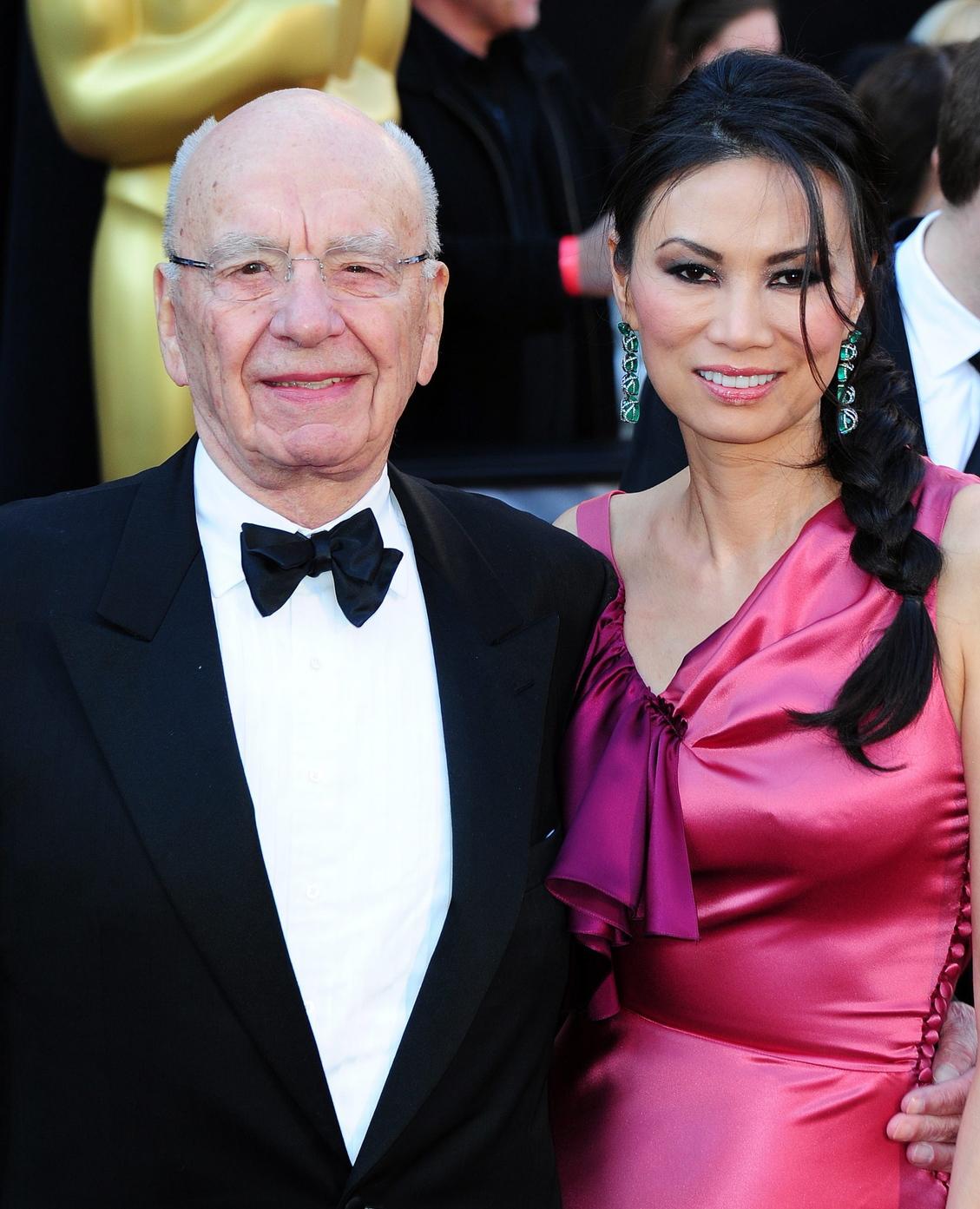 Rupert MURDOCH ausztrál médiamogul és felesége, Wendi DENG megérkezik az Oscar-díjak 83. kiosztójára a Los Angeles-i Kodak Színházba 2011. február 27-én (MTI/EPA/Andrew Gombert)