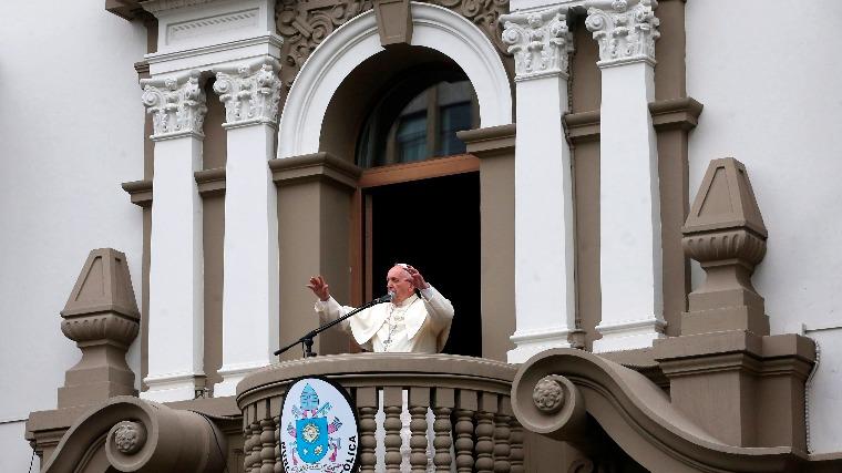Tengerparti misén vigasztalta az áradások károsultjait Ferenc pápa