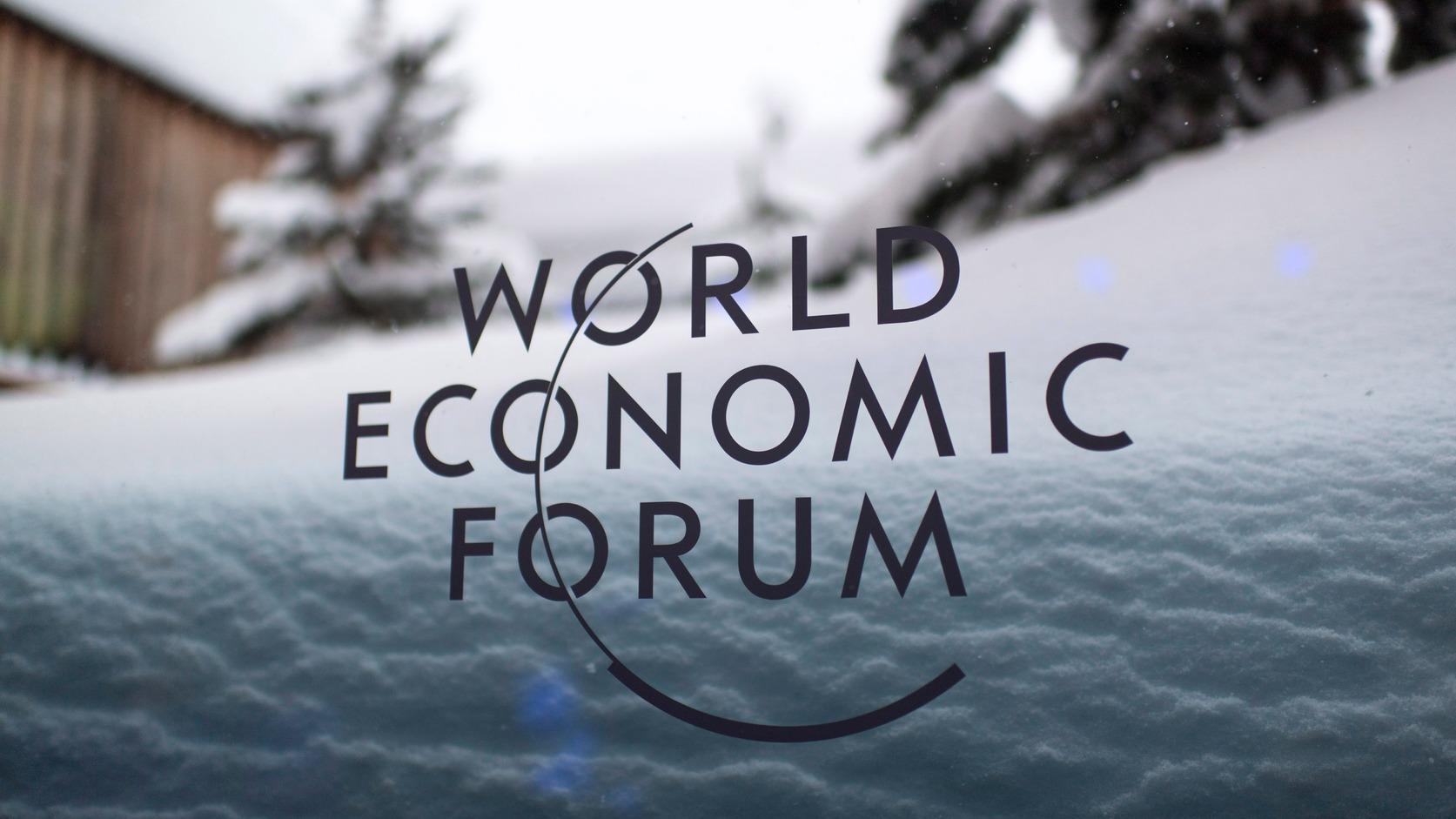 Davos, 2018. január 21. A Világgazdasági Fórum logója egy konferenciaterem ablakán a 48. fórumnak otthont adó kongresszusi központban, a svájci Davosban 2018. január 21-én. A tanácskozást idén január 23. és 26. között rendezik. (MTI/EPA/GLaurent Gillieron)
