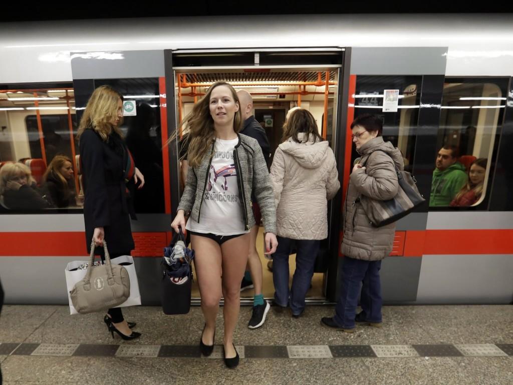 Különös hóbort hódít: Nadrág nélkül a metrón