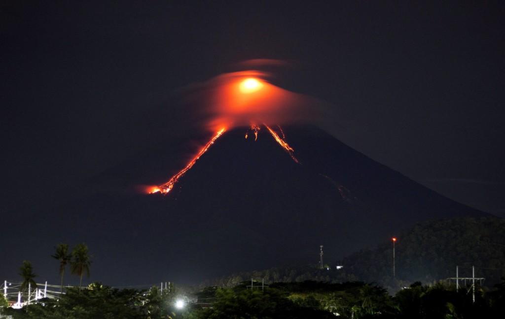 Több száz méter magasra lövell ki lávát a Fülöp-szigeteki vulkán