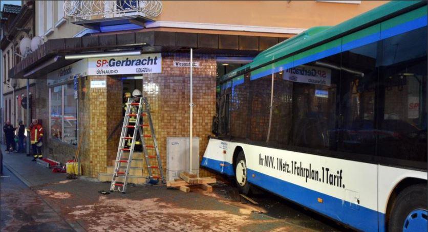 Iskolabusz ütközött egy épületnek Eberbachban