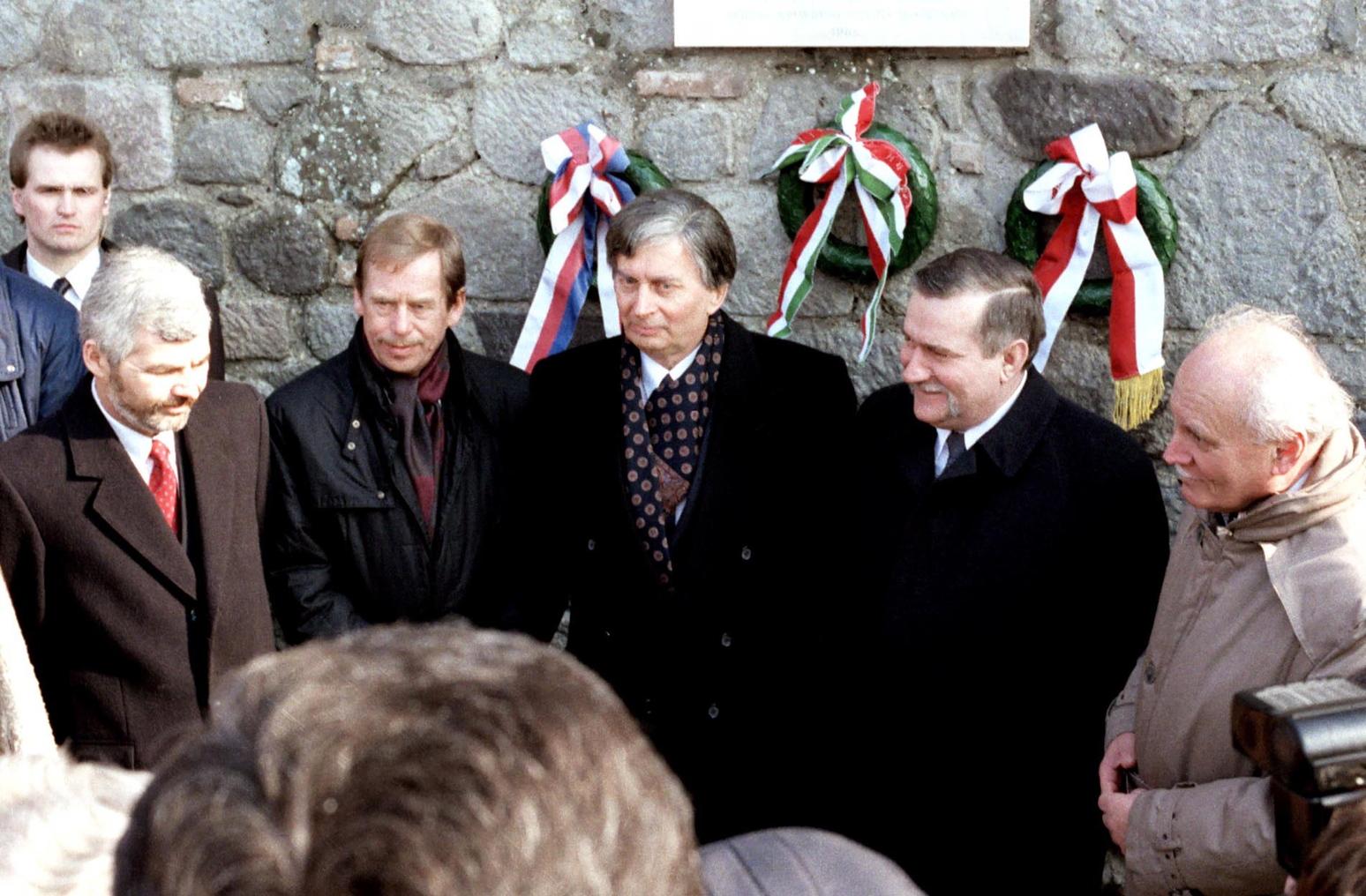 Visegrád, 1991. február 15. Krzysztof Bielecki lengyel miniszterelnök, Václav Havel, a cseh-szlovák tárgyalócsoportot vezető köztársasági elnök, Antall József miniszterelnök, Lech Walesa lengyel államfő és Göncz Árpád köztársasági elnök (b-j), a visegrádi csúcstalálkozón résztvevő állam- és kormányfők az 1335-ös visegrádi magyar-cseh-lengyel királyi kongresszus emlékét megörökítő táblánál. MTI Fotó: Soós Lajos