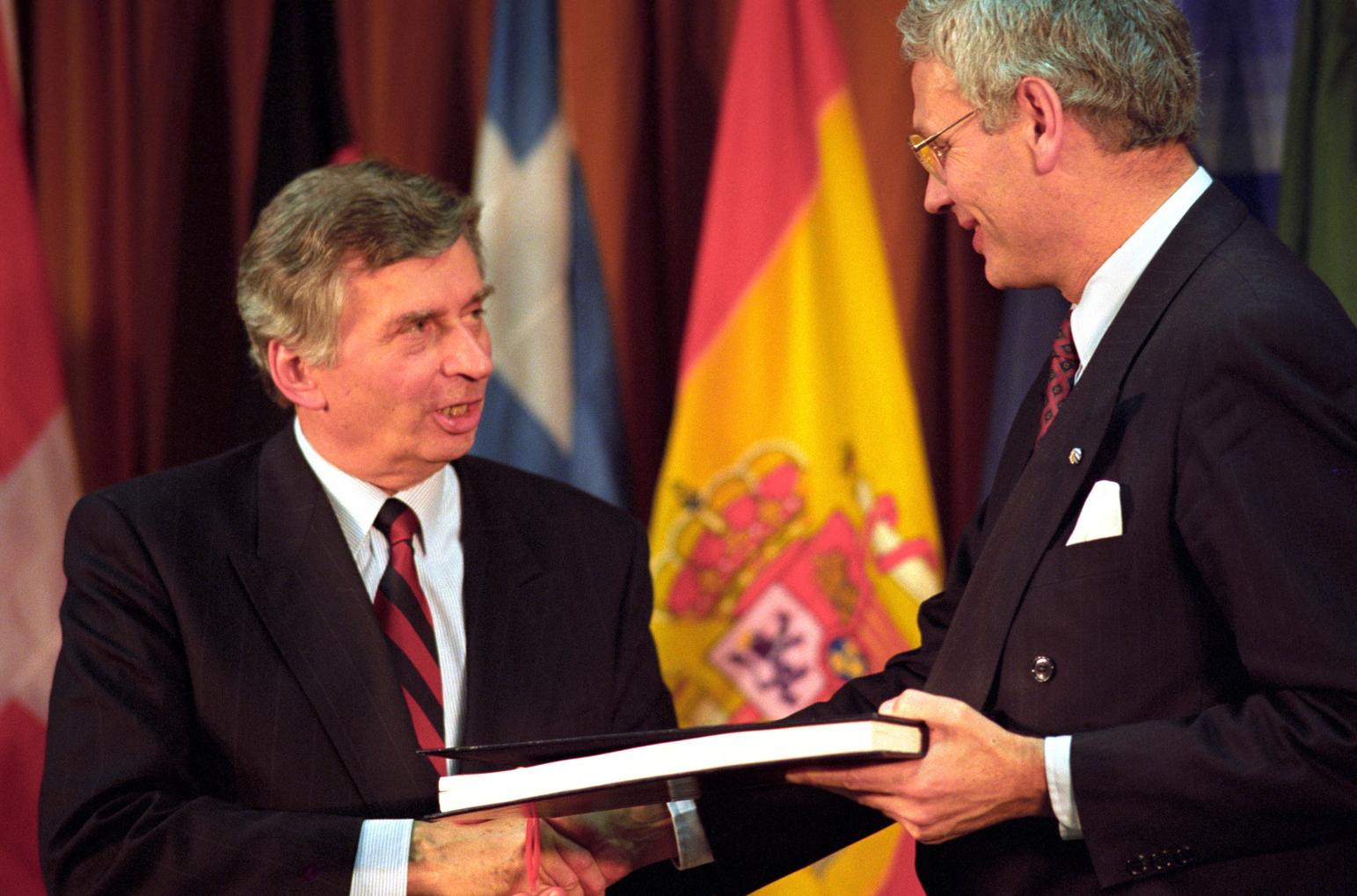 Brüsszel, 1991. december 16. Antall József miniszterelnök és Hans van den Broek, az EK tanácsának soros elnöke Brüsszelben a Charlemagne-palota sajtótermében, ahol aláírták a visegrádi hármak társulási szerződését az Európai Közösségekkel. Lengyelország nevében Leszek Balcerowicz kormányfő, Csehszlovákia képviseletében Marian Calfa miniszterelnök, az EU-s Tizenkettek nevében Hans van den Broek és Frans Andriessen, az EK bizottságának alelnöke látta el kézjegyével a szerződést.    MTI Fotó: Soós Lajos