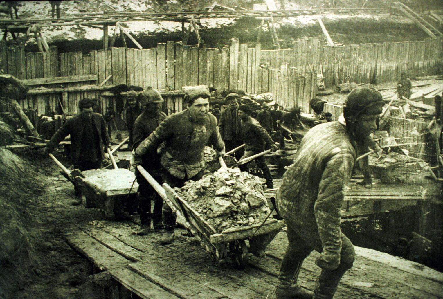 Kubikos munka egy egykori Gulag-táborban, valahol Európában az 1940-es, 50-es években (MTI-fotó: reprodukció/Memorial Egyesület Moszkva)