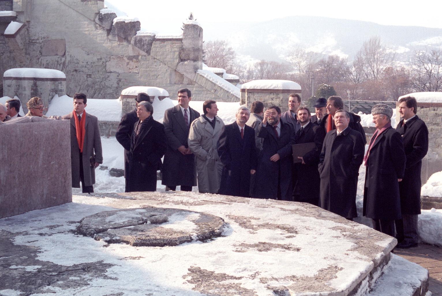 Visegrád, 1991. február 15. A visegrádi csúcstalálkozón résztvevő állam és kormányfők, Lech Walesa lengyel államfő (j3) Krzysztof Bielecki lengyel miniszterelnök (j10) és Antall József miniszterelnök (bal szélen, a piros sálas férfitől jobbra) megtekintik a várat,  miután  elhelyezték a megemlékezés virágait az 1335-ös visegrádi magyar-cseh-lengyel királyi kongresszus emlékét megörökítő táblánál. MTI Fotó: Kovács Attila