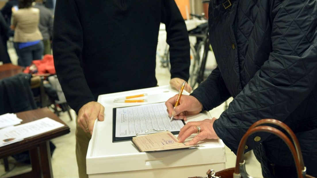 Egy helyi lakos támogató aláírásgyűjtő ívet ír alá a Fidesz V. kerületi Cukor utcai irodájában 2014. február 17-én (MTI Fotó: Beliczay László)