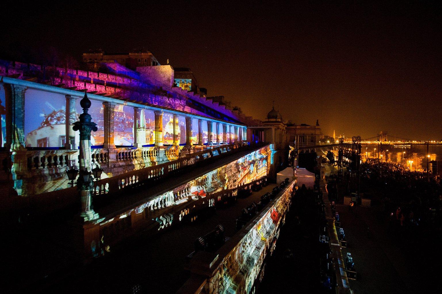 Budapest, 2018. február 11. Fényfestés a visegrádi négyek (V4) megalakulásának évfordulója alkalmából rendezett V4 karneválon a fővárosi Várkert Bazárnál 2018. február 11-én. MTI Fotó: Balogh Zoltán