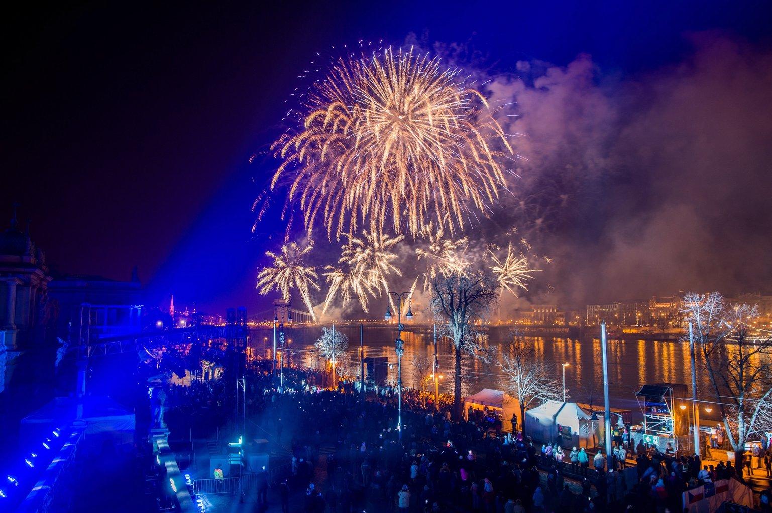 Budapest, 2018. február 11. Tűzijáték a Duna felett a visegrádi négyek (V4) megalakulásának évfordulója alkalmából rendezett V4 karnevál keretében a fővárosi Várkert Bazárnál 2018. február 11-én. MTI Fotó: Balogh Zoltán