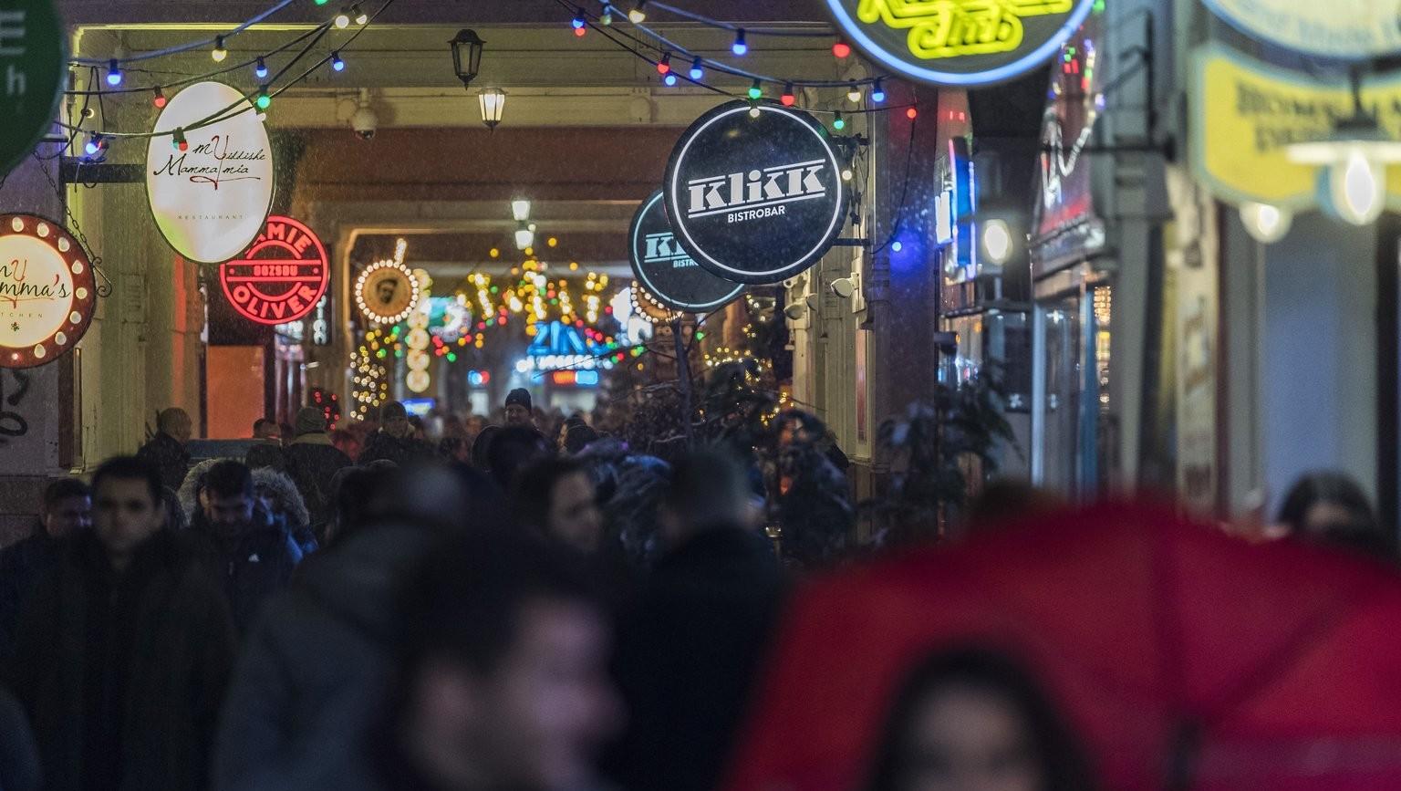 A Gozsdu Udvar az erzsébetvárosi vigalmi negyedben a Király utcában 2018. február 18-ra virradó éjjel – ezen a napon népszavazást tartanak arról, hogy a főváros VII. kerületében, az úgynevezett bulinegyedben található vendéglátóhelyek éjfél és reggel 6 óra között nyitva tarthassanak-e (MTI Fotó: Szigetváry Zsolt)