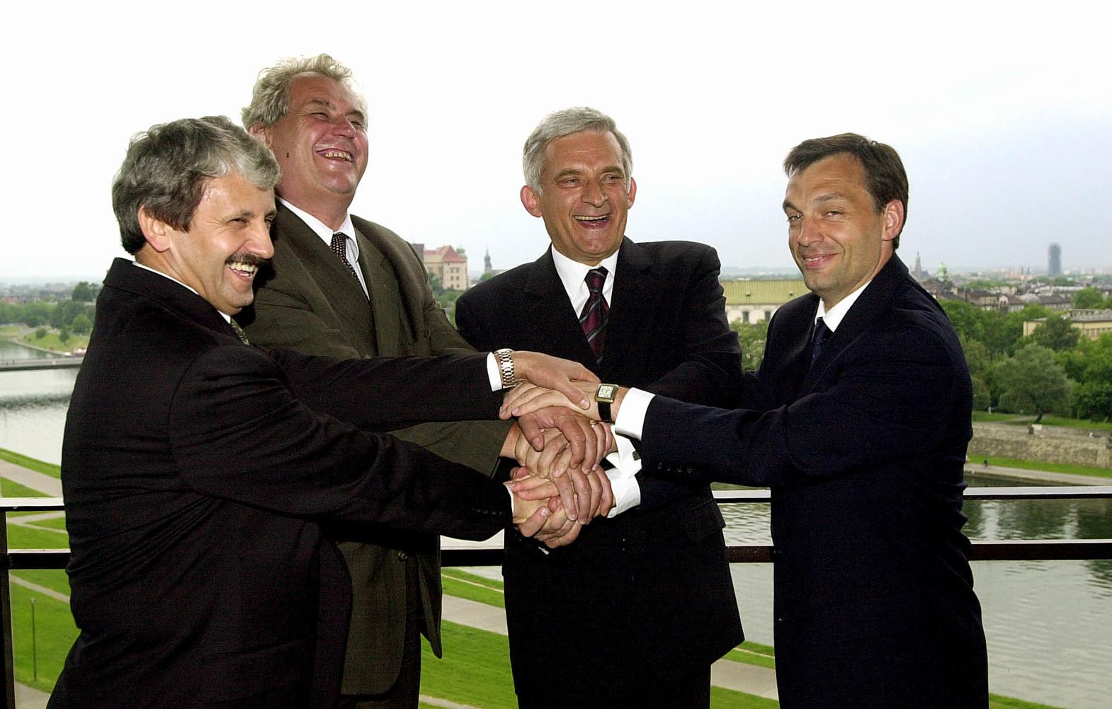 Krakkó, 2001. május 31.  Orbán Viktor miniszterelnök Krakkóba érkezett, ahol részt vesz a Visegrádi Csoportba tartozó négy állam kormányfői találkozóján. A csúcstalálkozó jubileumnak számít, mert tíz évvel ezelőtt, 1991. február 19-én fogadták el akkor még három ország vezetői Visegrádon az együttműködésről szóló megállapodást. A képen: Mikulás Dzurinda szlovák, Milos Zeman cseh, Jerzy Buzek lengyel és Orbán Viktor magyar kormányfő a krakkói királyi várra néző Sofitel Szálloda teraszán. MTI Fotó: Koszticsák Szilárd