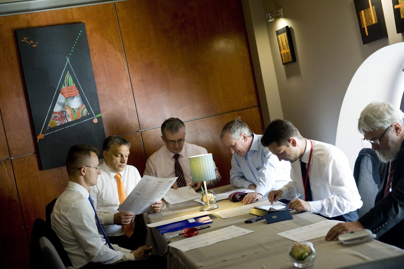 Varsó, 2013. június 16. Orbán Viktor miniszterelnök (b2) és delegációja ül egy kávézóban a visegrádi országok kormányfőinek és Japán miniszterelnökének varsói csúcstalálkozója szünetében 2013. június 16-án. A kormányfő mellett Szijjártó Péter, a Miniszterelnökség külügyi és külgazdasági államtitkára (b), Gyurcsik Iván varsói nagykövet (b3), Gottfried Péter, a miniszterelnök külpolitikai tanácsadója (b4) és Havasi Bertalan, a kormányfő sajtófőnöke (b5). MTI Fotó: Koszticsák Szilárd