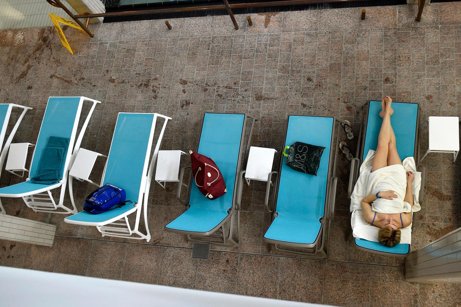 Budapest, 2018. január 17. Nyugágyon pihen egy vendég a Palatinus Gyógy-, Strand- és Hullámfürdő beltéri termálmedencéjénél 2018. január 17-én. 2017 októberétől egész évben nyitva tart a fürdő, a felújított épületekben gyógyvizes termálmedence, gyerekmedence, wellness részleg, valamint egy kültéri termálmedence és úszómedence is várja a vendégeket. MTI Fotó: Bruzák Noémi