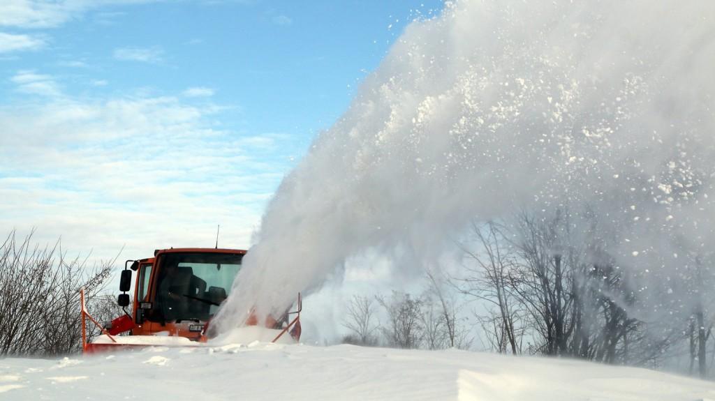 Havazás közben is tisztítják az utakat