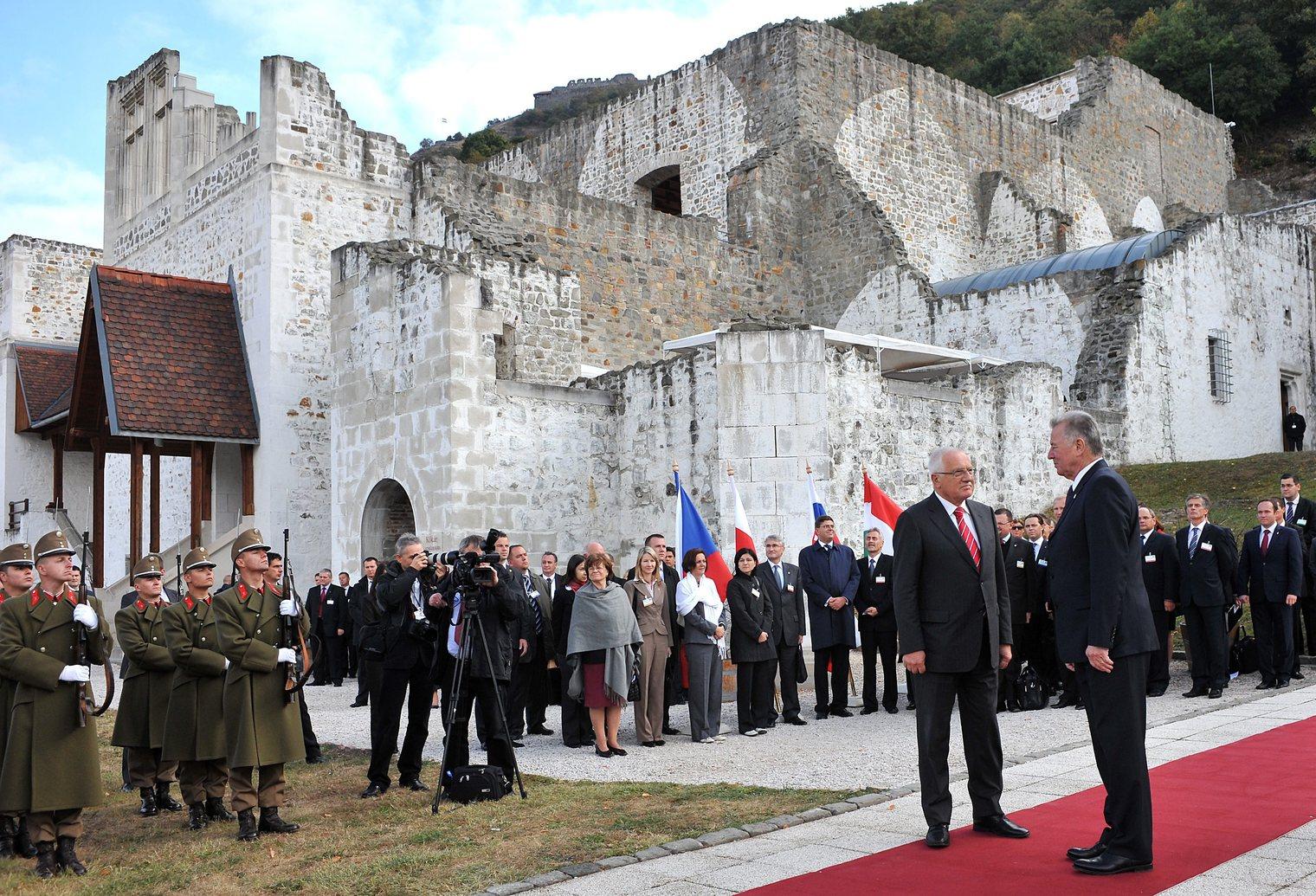 Visegrád, 2011. október 8. Schmitt Pál  köztársasági elnök (j) fogadja Václav Klaust, a Cseh Köztársaság elnökét (j2), a királyi várban. Megkezdődött Visegrádon a V4-országok - Magyarország, Szlovákia, Csehország és Lengyelország - államfőinek tanácskozása, ahol a négy köztársasági elnök két plenáris ülésen tekinti át a visegrádi együttműködés eddigi két évtizedének eredményeit és aktuális kérdéseit. MTI Fotó: Kovács Tamás