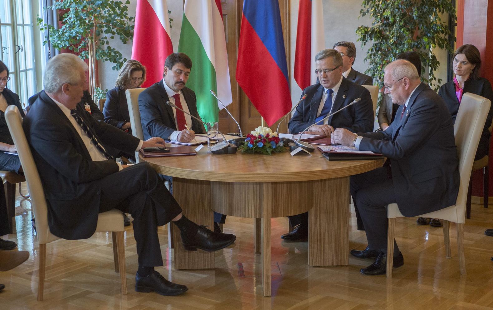 Wisla, 2013. július 2. Milos Zeman cseh, Áder János magyar, Bronislaw Komorowski lengyel és Ivan Gasparovic szlovák államfő (az asztalnál b-j) a visegrádi négyek kétnapos államfői találkozójának első napján a lengyelországi Wislában, az elnöki rezidencián 2013. július 2-án. MTI Fotó: Illyés Tibor