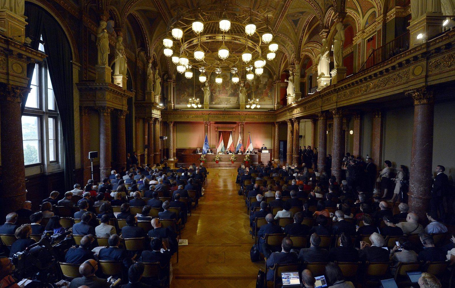 Budapest, 2014. június 24. Orbán Viktor miniszterelnök (j) beszédet mond A visegrádi csoport - Európa növekedési motorja című nemzetközi konferencián a Magyar Tudományos Akadémia épületében 2014. június 24-én. Az asztalnál José Manuel Barroso, az Európai Bizottság elnöke (b2), Donald Tusk lengyel (b3), Robert Fico szlovák (b4) és Bohuslav Sobotka cseh kormányfő (b5). MTI Fotó: Illyés Tibor