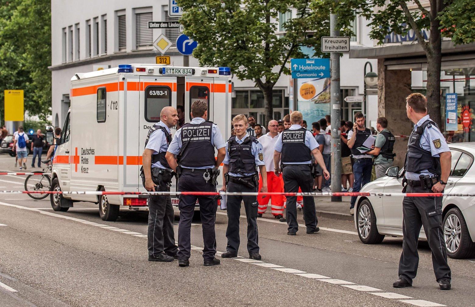 Rendőrök a németországi Reutlingenben elkövetett utcai késelés helyszínén 2016. július 24-én. A helyi rendőrség közleménye szerint az elkövető, aki egy embert megölt és kettőt megsebesített egy bozótvágó késsel, egy szíriai menedékkérő (MTI/EPA/Christoph Schmidt)