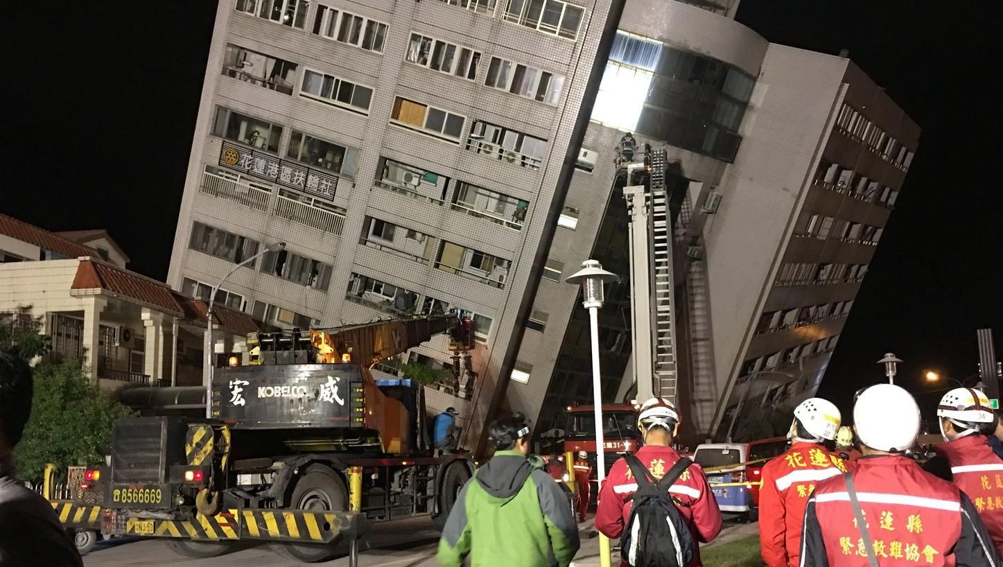Megroggyant épület a kelet-tajvani Hualienben 2018. február 6-án, miután legalább 6-os erősségű földrengés történt a környéken (Fotó: MTI/EPA)