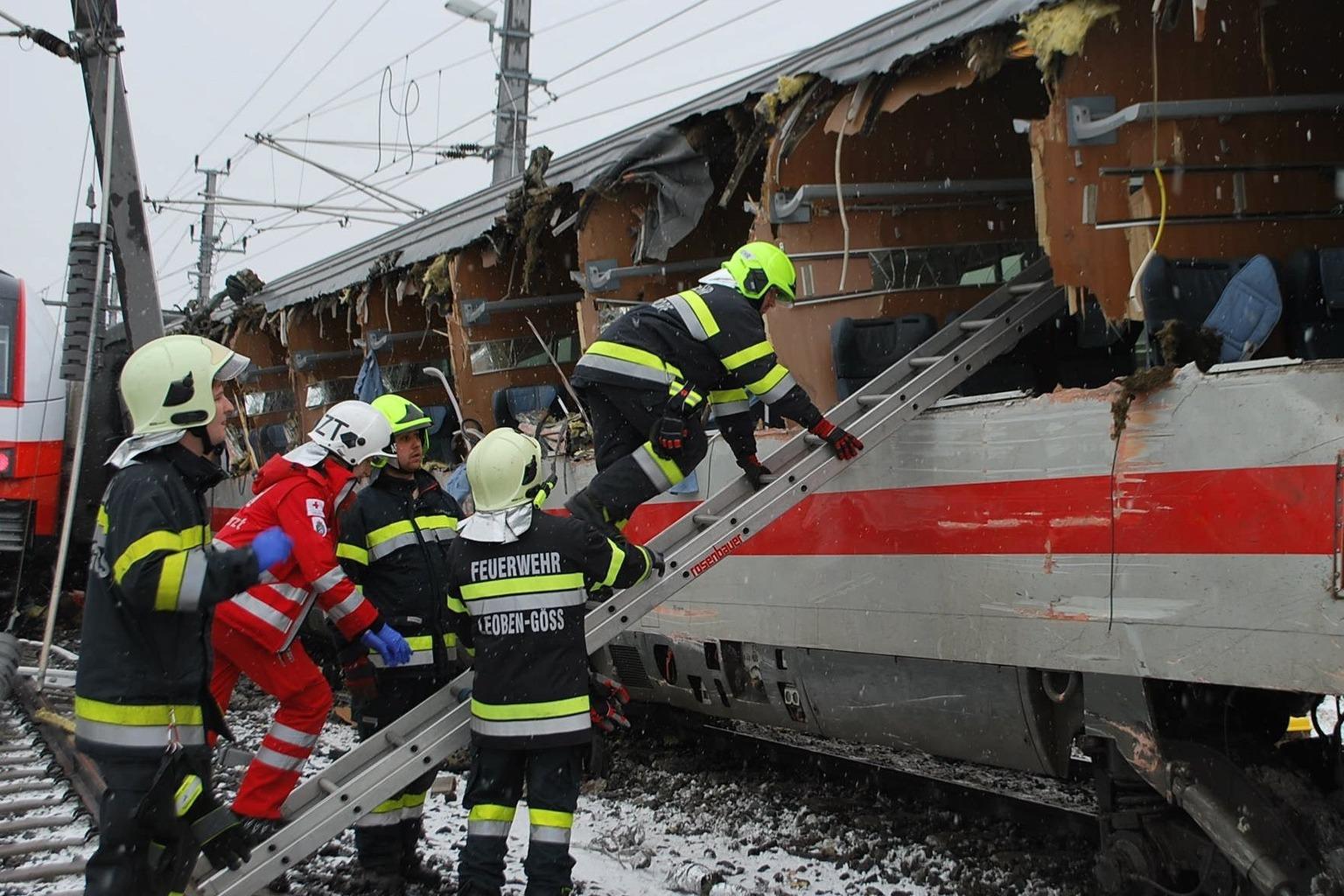 A Leobeni Tűzoltóság által közreadott kép tűzoltókról két összeütközött személyszállító vonatnál Niklasdorfban 2018. február 12-én. A balesetben legkevesebb egy ember életét vesztette, és mintegy húszan megsérültek. (MTI/EPA/Leobeni Tűzoltóság)