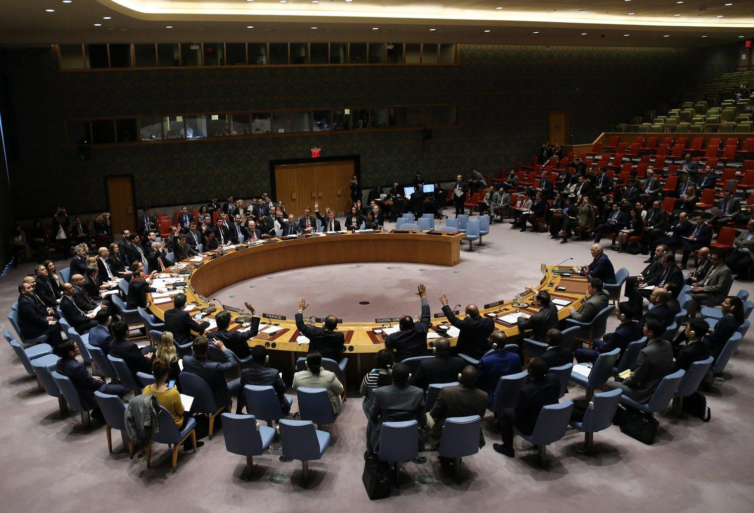 A szíriai tűzszünetet követelő határozatról szavaznak az ENSZ Biztonsági Tanácsában, New Yorkban 2018. február 24-én. A BT egyhangúlag fogadott el határozatot, amelyben 30 napos tűzszünet haladéktalan kihirdetését követeli Szíriában, hogy a segélyszállítmányok eljuthassanak az ostromlott Kelet-Gútába. (MTI/EPA/Peter Foley)