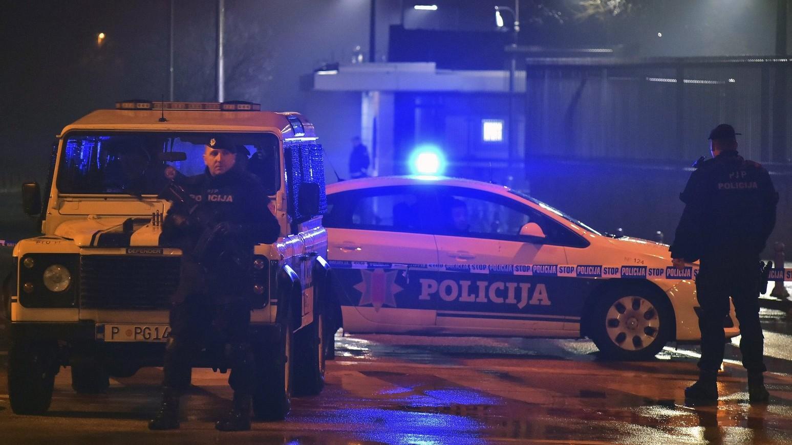 Rendőrök az Egyesült Államok nagykövetségi épületénél a montenegrói fővárosban, Podgoricában 2018. február 22-én hajnalban, miután egy ismeretlen férfi kézigránátot dobott az épületre, majd egy másik robbanószerkezettel felrobbantotta magát (Fotó: MTI/AP/Risto Bozovic)
