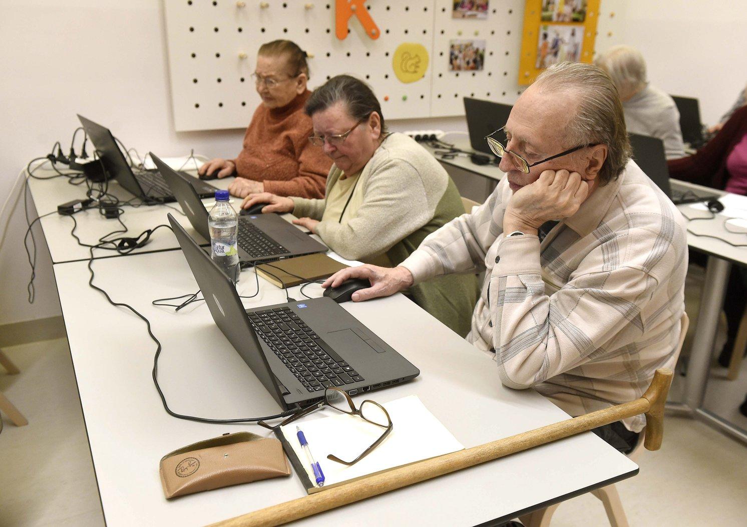 Résztvevők a budapesti tanfolyamon a Segítő Kezek az Aktív Évekért Közhasznú Nonprofit Kft. épületében. (MTI Fotó: Bruzák Noémi)