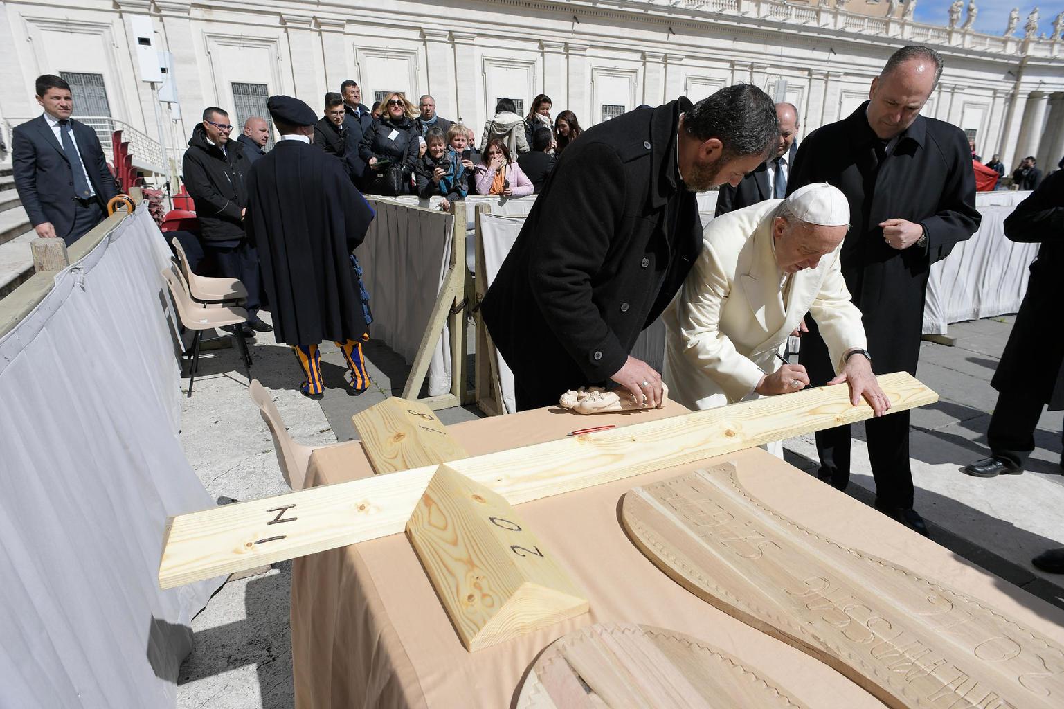 Antal József és a Szentatya a Vatikánban. Zarándokok húsvéti ajándékokkal indultak el Ferenc pápához a váci egyházmegyéből (Fotó: Vatikán)