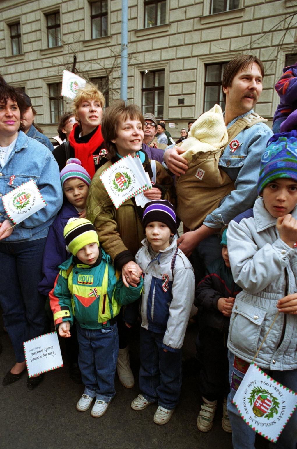 Budapest, 1994. március 15. Koszorúzás a Kossuth téren. A Kossuth téren ünnepélyes zászlófelvonással kezdődtek meg a március 15-i ünnepségsorozat központi rendezvényei. A parlament előtt Kossuth lajos halálának 100. évfordulója alkalmából Göncz Árpád köztársasági elnök, Szabad György az Országgyűlés elnöke és Boross Péter miniszterelnök elhelyezte a tisztelet és megemlékezés koszorúit az 1848-as forradalom és szabadságharc kiemelkedő alakjának szobránál. Az ünneplő tömeg. MTI Fotó: Földi Imre