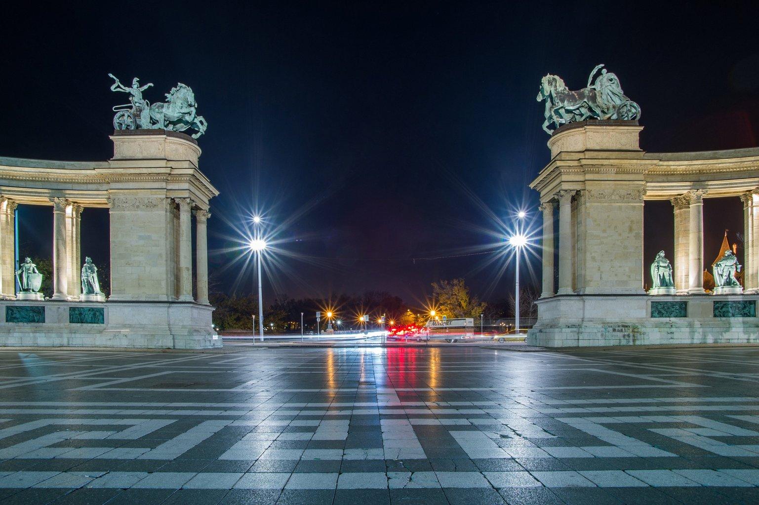 A Millenniumi emlékmű esti díszkivilágításban a fővárosi Hősök terén 2017. november 15-én. MTI Fotó: Balogh Zoltán