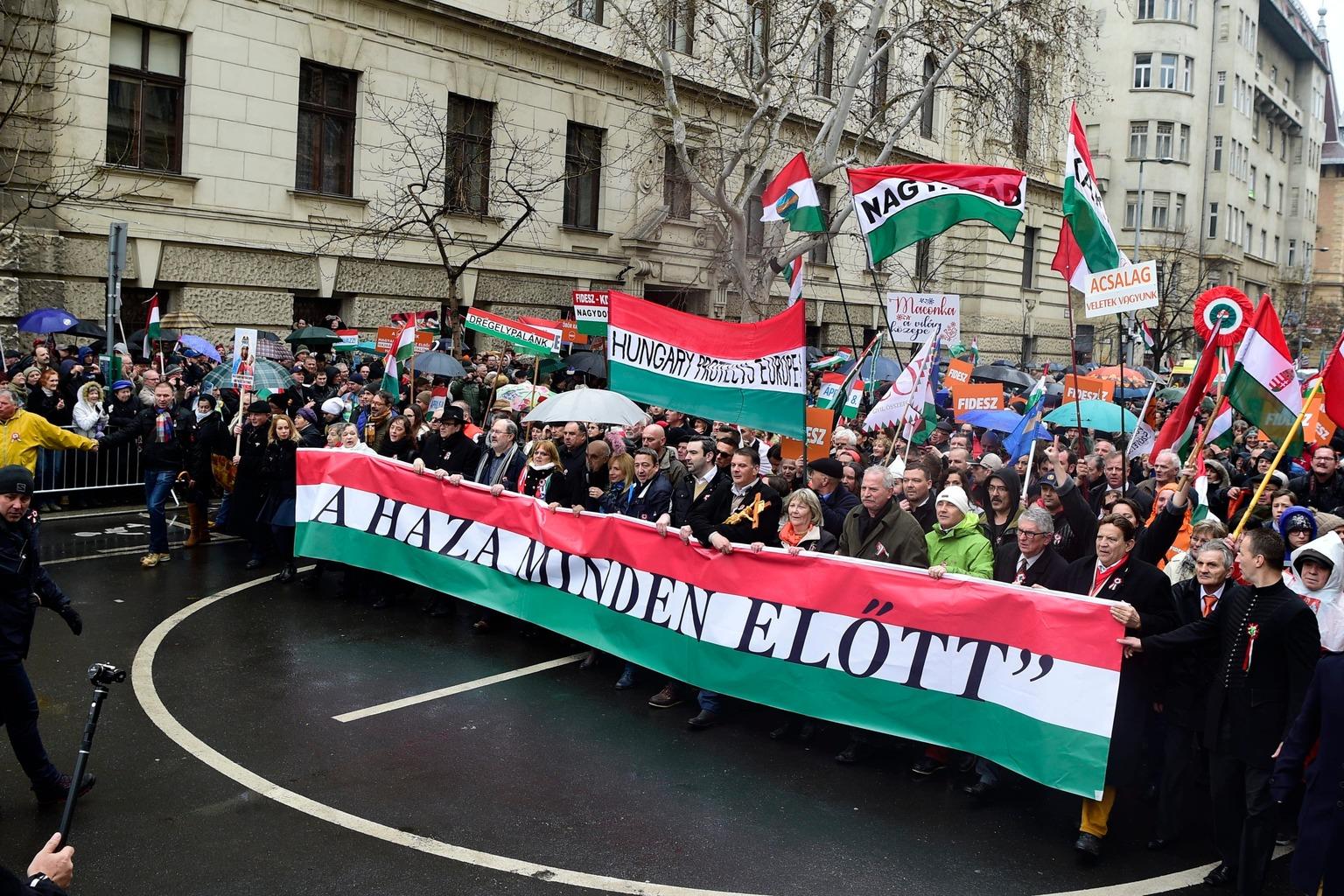 Budapest, 2018. március 15. Résztvevők a Civil Összefogás Fórum - Civil Összefogás Közhasznú Alapítvány (CÖF-CÖKA) Békemenetén az Alkotmány utcában 2018. március 15-én. MTI Fotó: Balogh Zoltán