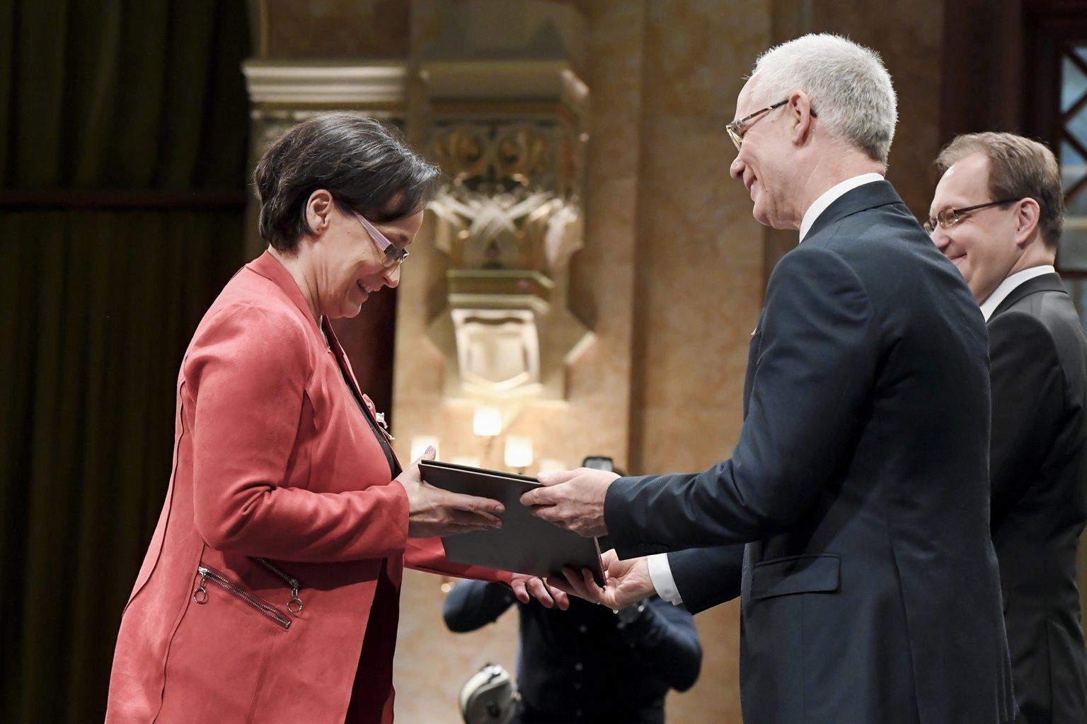 Ráckevei Anna színésznő átveszi a Magyarország Kiváló Művésze díjat (MTI-fotó: Koszticsák Szilárd)