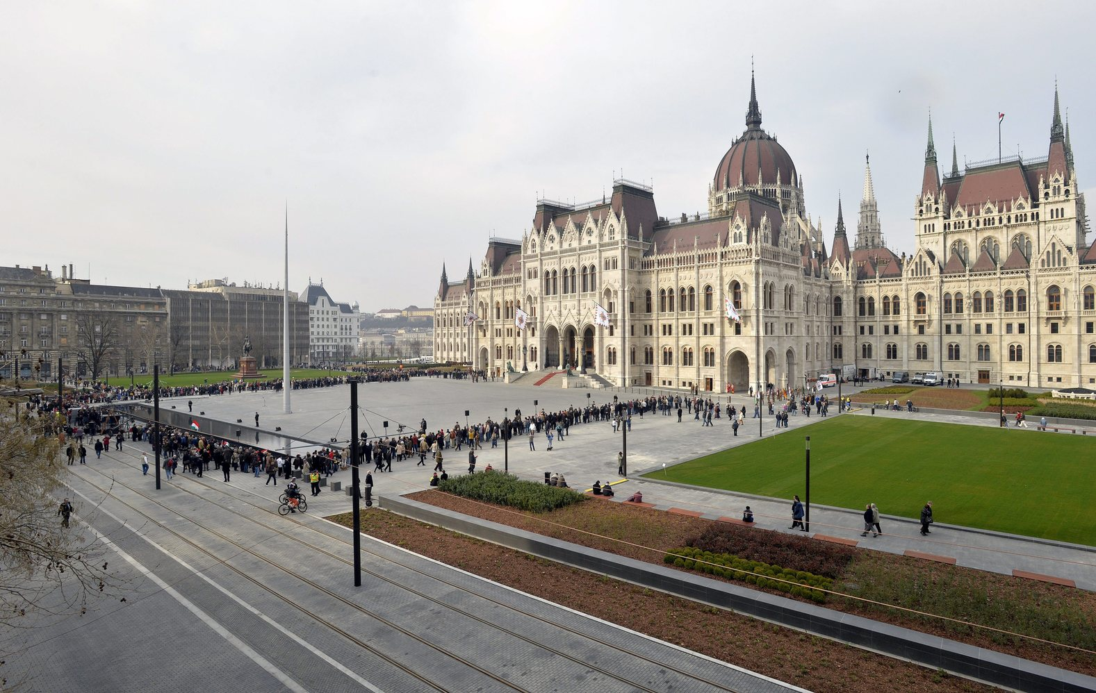 Budapest, 2014. március 15. Érkeznek az érdeklődők az Országház elé, a megújult Kossuth Lajos térre, ahol katonai tiszteletadással felvonják Magyarország lobogóját az 1848-as forradalom kitörésének évfordulóján 2014. március 15-én. MTI Fotó: Máthé Zoltán