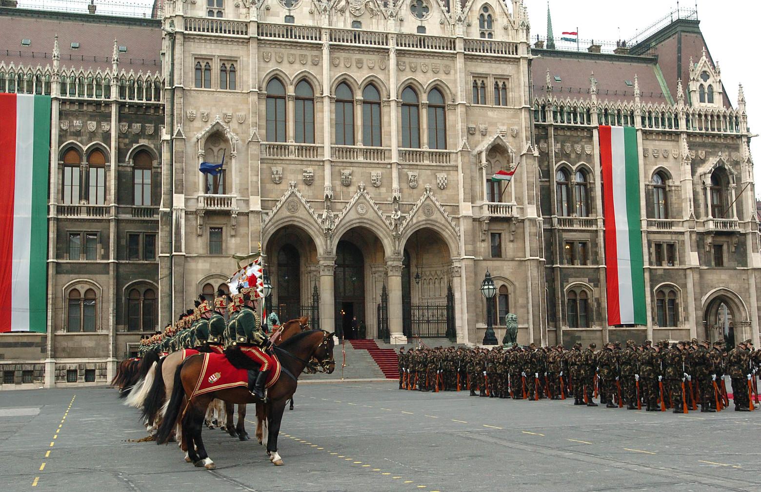 Budapest, 2006. március 13. Díszegységek gyakorolnak a március 15-i zászlófelvonásra a Kossuth téren. MTI Fotó: Kovács Attila