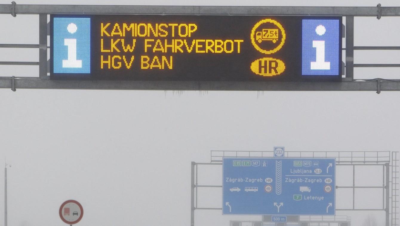 Kamionstopra figyelmeztető felirat – képünk illusztráció (MTI Fotó: Varga György)