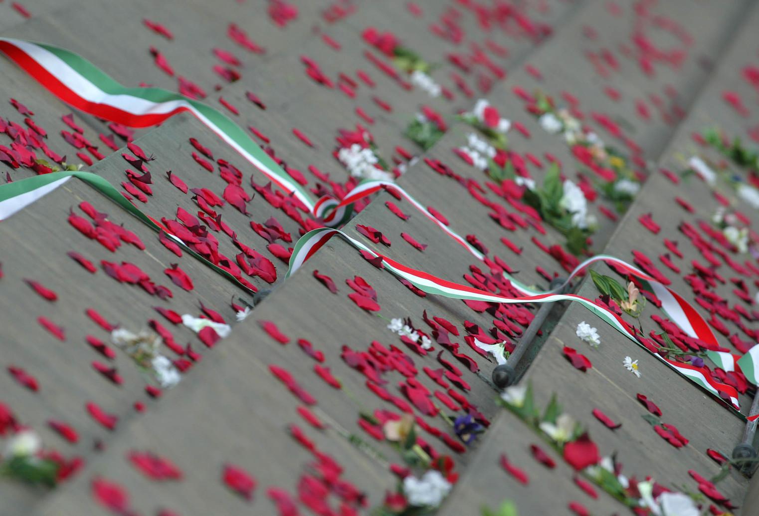 Budapest, 2006. március 15. Rózsaszirmok és nemzetiszínű szalagok a budapesti Felvonulási tér kövezetén a március 15-i állami ünnepség után. MTI Fotó: Illyés Tibor